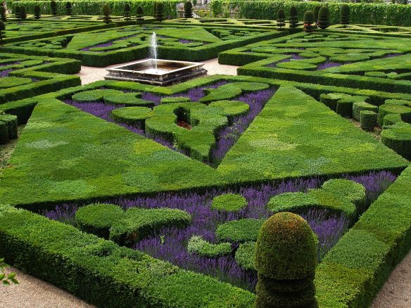 1280px-French_Formal_Garden_in_Loire_Valley